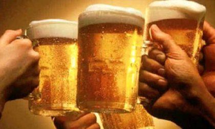 Birra al tavolo di un bar: multati 13 ragazzi e chiuso il locale