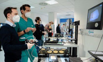 """Le foto dei chirurghi che si """"allenano"""" per gli interventi eccezionali"""