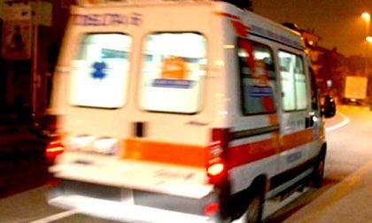 Cade dalla moto e sbatte la testa sull'asfalto: grave 42enne