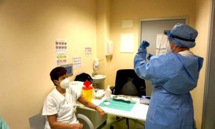 Immunità di massa entro agosto: quanti vaccini al giorno servono su Milano?