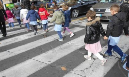 Protegge i bimbi che attraversano sulle strisce: agente investito