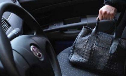 Ruba la borsa dall'auto di una 57enne: arrestato