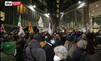 "Assedio a Palazzo Lombardia: ""Fontana dimettiti"""