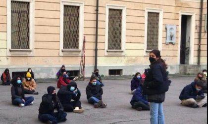 """""""Riaprire subito le scuole"""", gli studenti del Manzoni protestano e occupano il cortile"""