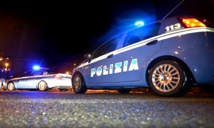 Aggredisce i poliziotti con un coltello, un agente spara e uccide 45enne