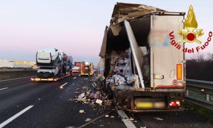 Scontro tra camion in A1: uno distrutto, l'altro finisce fuori strada
