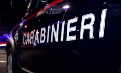 Minaccia un rider e un barista con due coltelli per rapinarli: arrestato 27enne