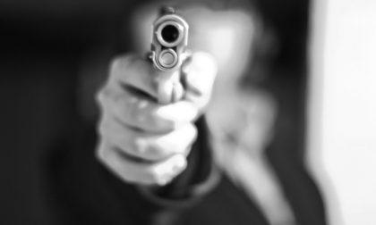 Ferito con un colpo di pistola alla gamba: indagano i carabinieri