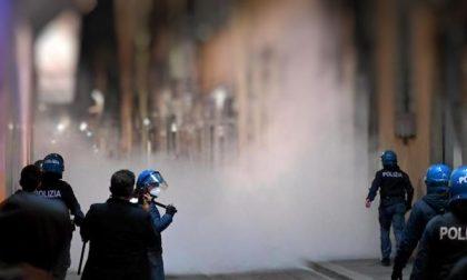 Bruciava in piazza mascherine e incitava a boicottare Sanremo: identificato dalla Digos