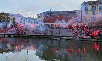 Manifestazione Antagonisti con fumogeni in Darsena, murales per Dax e Carlo Giuliani
