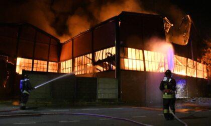 Da Milano ad Agrate per spegnere un maxi incendio: video e foto dell'intervento dei Vigili del fuoco