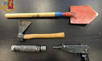 Una mitraglietta da guerra nascosta in casa: arrestato 46enne