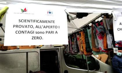 Continua la protesta dei venditori ambulanti, questa mattina allestiti i banchi al mercato di via Crema