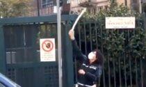 """Cartelli stradali sistemati a Milano """"con le buone"""": ma allora è un vizio…"""