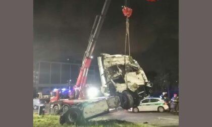 Camion si ribalta alla rotonda: perdita di gasolio dal serbatoio