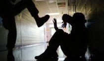 Due giovani aggrediti e accoltellati fuori dalla metro per rapinarli di soldi e cellulari