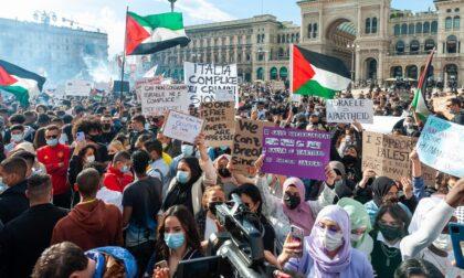 Manifestazione a sostegno della Palestina: altre 3mila persone in piazza Duomo, c'era anche Ghali