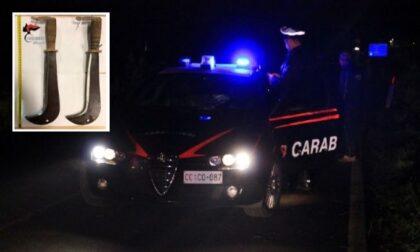 Minaccia e aggredisce i carabinieri con due roncole, un militare spara per proteggere il collega