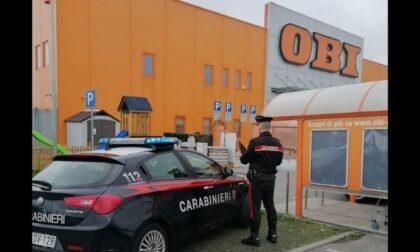 Rubano borse al parcheggio del centro commerciale: arrestato 20enne e denunciato 17enne