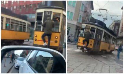 Altri pazzi a Milano: il video dello Spiderman appeso al tram