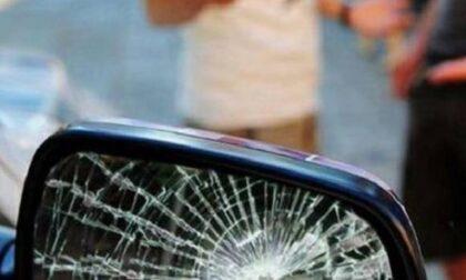 Tentano la truffa dello specchietto ma nell'auto dietro c'è la polizia: arrestati