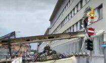 Crolla una gru in un cantiere di via Serio: operazioni in corso