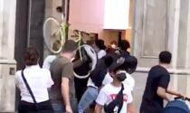 Scaglia una bici contro un rider in piena via Torino