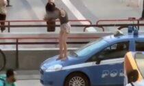 Passeggiare sul tetto delle volanti della Polizia sta diventando una moda...
