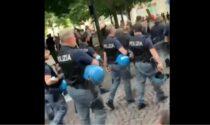 Ma quale solidarietà ai No-Vax, la Polizia si è tolta il casco per mantenere tranquilli gli animi