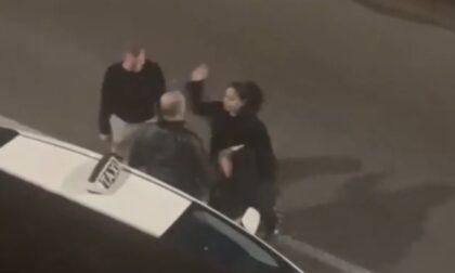 Il video della corsa in taxi che si conclude a schiaffi e sputi