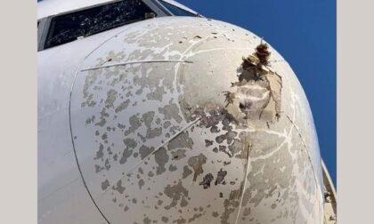 Le foto del Boeing atterrato in emergenza a Milano causa grandine