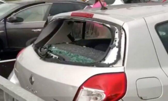 Temporali a raffica su Milano: la grandine rompe i vetri delle auto a Rozzano