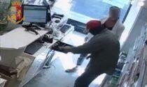 Il rapinatore che si reca in farmacia per il colpo a bordo di una bicicletta a noleggio