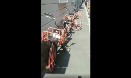 """Fila indiana di biciclette sul marciapiede: """"La Polizia si rifiuta di intervenire"""""""