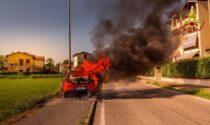 Auto avvolta dalle fiamme in strada, le incredibili foto dei Vigili del fuoco all'opera