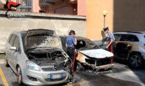 Da fuoco all'auto e alla finestra della vicina di casa: arrestata 66enne