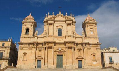 Con i glutei al vento davanti alla cattedrale di Noto: maxi multa per un turista milanese