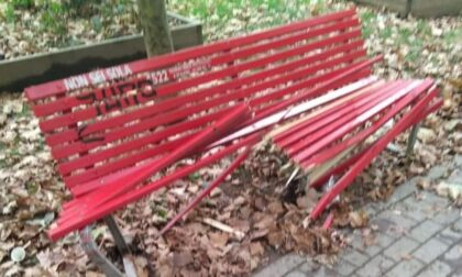 Vandali in azione a Lambrate: distrutta la panchina rossa contro la violenza sulle donne