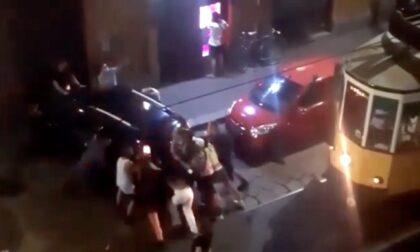 Quando l'unione fa la forza: spostano l'auto dalle rotaie per far passare il tram