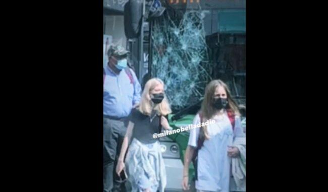 Distrugge a sassate il vetro di un bus terrorizzando i passeggeri poi scappa senza lasciar tracce