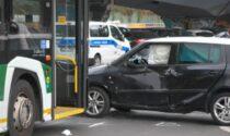 Scontro tra un'auto e un filobus in via Scarampo, 22 persone ferite