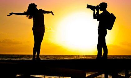 Artista milanese imbratta irrimediabilmente una spiaggia per un set fotografico, denunciata