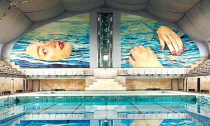 "Inaugurata la maxi opera murale ""Be Water"" di Cattelan alla piscina Cozzi"