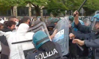 Gli attivisti per il clima bloccano le strade e scoppia lo scontro con la Polizia