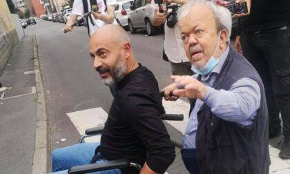 Elezioni Milano 2021: Paragone in sedia a rotelle per dimostrare la difficoltà di essere disabili a Milano