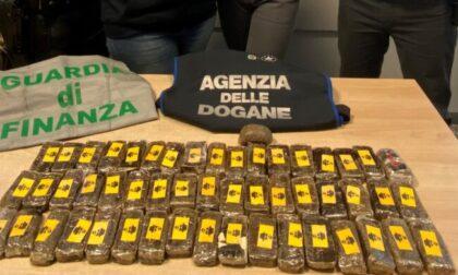 Con 52 panetti di hashish sull'autobus Amsterdam-Milano: fermato all'ingresso dalla Svizzera