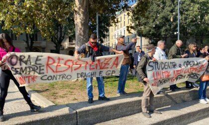 Manifestazione No Green pass sfila per Milano, 500 persone sotto l'Arco della Pace