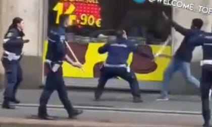 Insulta gli Agenti, poi prende un bastone da terra e li aggredisce: paura in Porta Venezia